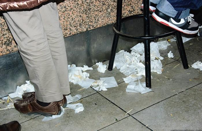 У испанцев действует принцип: чем больше мусора, тем популярнее заведение / Фото: galiciaenfotos.com