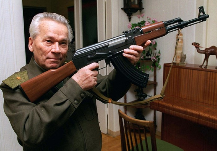 Легендарный автомат Калашникова даже спустя 70 лет считается одним из лучших стрелковых оружий в мире.