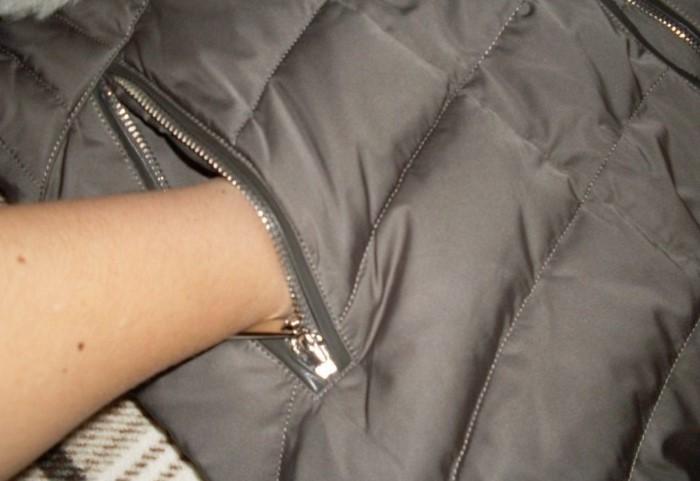 Первым делом проверьте карманы и выверните их перед стиркой / Фото: polnaymoda.ru