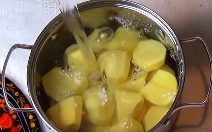 Ошпаренная кипятком картошка внутри останется холодной и на ней образуются трещины  / Фото: women365.ru