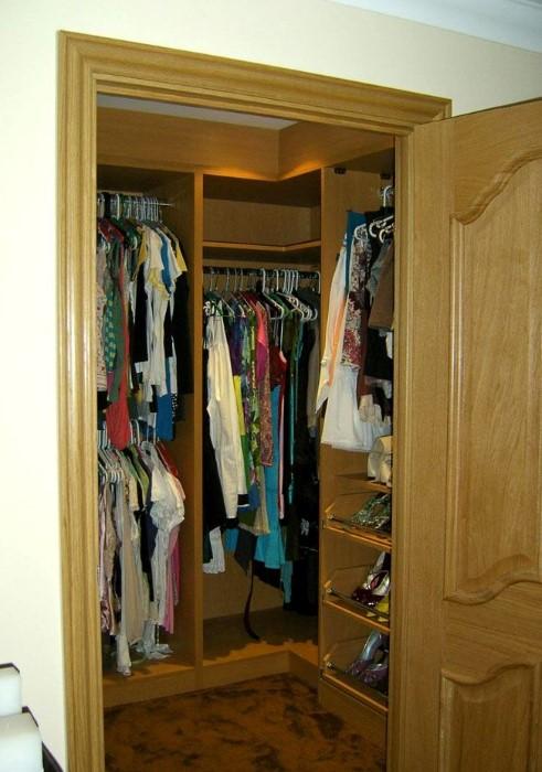 Кладовка - лучший вариант для обустройства гардеробной в хрущевке / Фото: homemyhome.ru