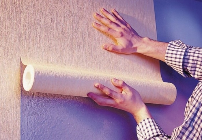 Грязными руками можно оставить пятна, из-за которых весь ремонт пойдет насмарку / Фото: prostroiky365.ru