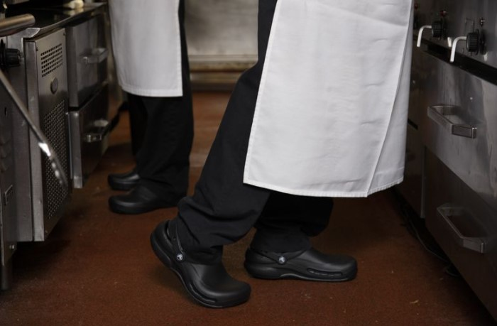 Клоги защищают ноги, поддерживают подъем стопы и оказывают ортопедический эффект / Фото: i.pinimg.com