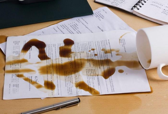 На работе можно нечаянно пролить напиток на важные документы / Фото: tes.com