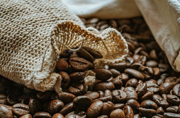 Кофейный зерна - одно из лучших средств по устранению неприятных запахов / Фото: images.wallpaperscraft.ru