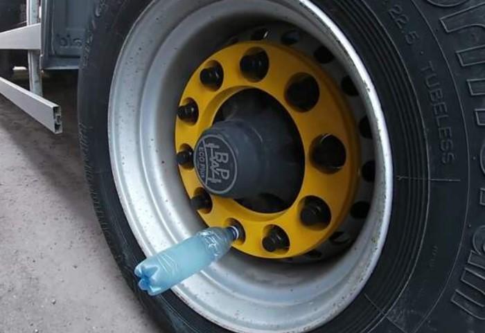 Находчивые водители придумали альтернативу - использовать крышки от пластмассовой тары / Фото: r4.mt.ru