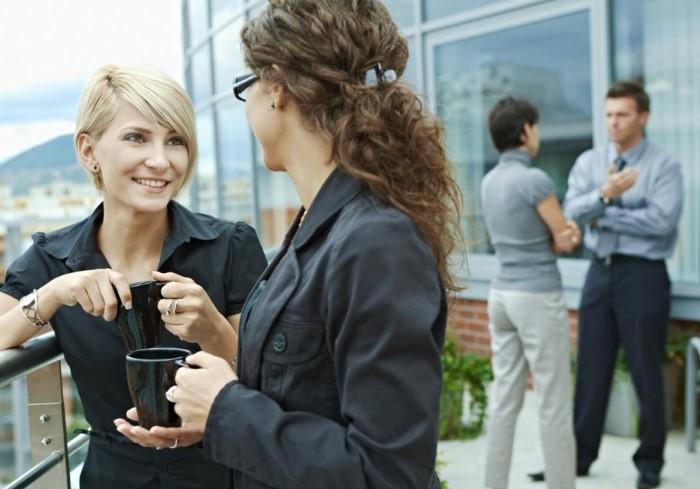 Если чувствуете, что переели, походите по офису, прогуляйтесь на улице или пообщайтесь с коллегами / Фото: businessman.ru