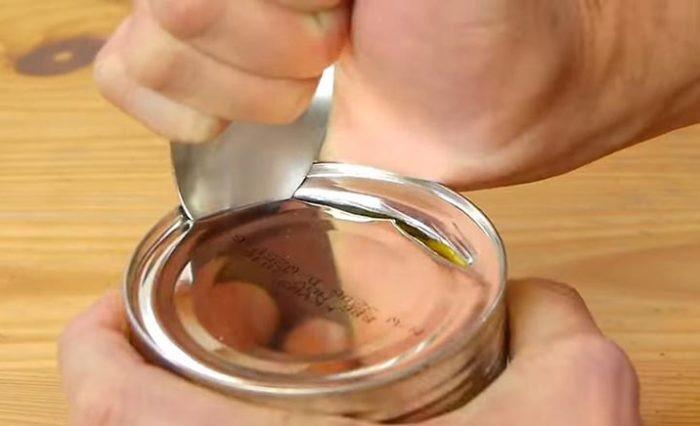 Чтобы открыть банку с консервами, можно обойтись и без открывашки, и без ножа.
