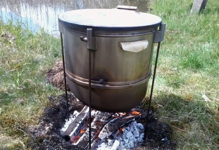 Вариант с металлической бочкой или баком годится для приготовления мяса и рыбы горячего копчения / Фото: 270076.ru