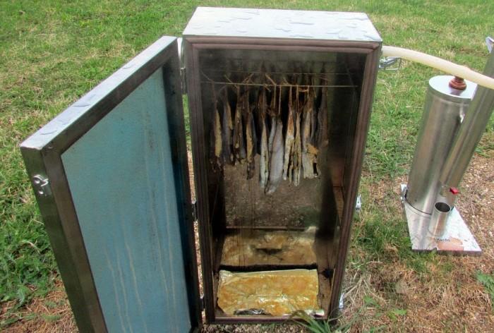 Не спешите выбрасывать старый холодильник, из него получится отличная коптильня на дачу / Фото: i.ytimg.com