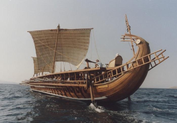 Так выглядела теорида - древний афинский корабль, на котором совершал подвиги Тесей  / Фото: ds05.infourok.ru