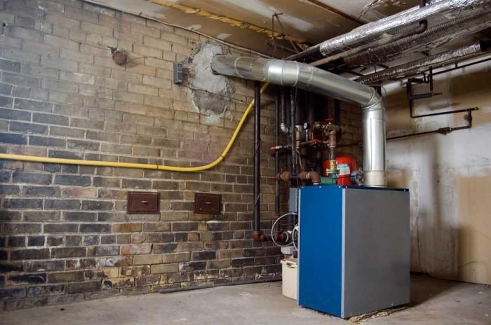 Если в подземном этаже вы хотите разместить котельную, важно отделить ее от продуктового погреба / Фото: boilerbillny.com