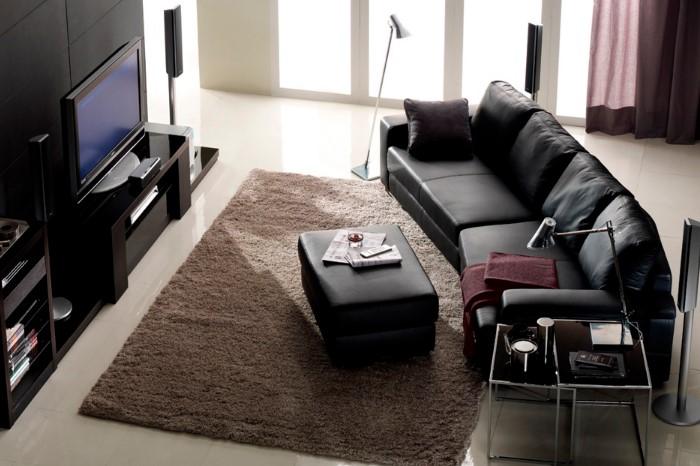 Самый простой способ - придавить непослушный уголок мебелью / Фото: interiorhousedesign.net