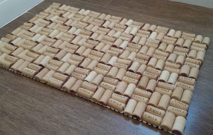 Бонус от пробочного коврика - массажный эффект для стоп / Фото: remontu.com.ua