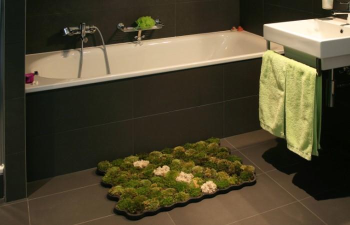 Коврик из мха отлично впишется в условия ванной комнаты с повышенной влажностью