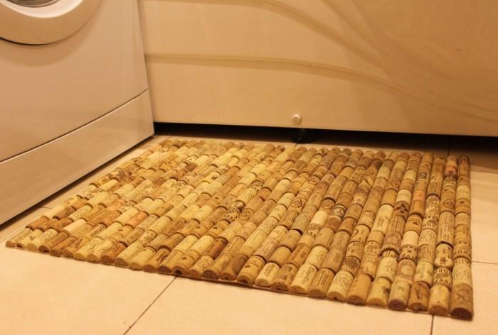 Пробки хорошо впитывают влагу, быстро высыхают и не подвержены гниению, поэтому из них выйдет стильный коврик для ванной / Фото: mebel-v-nsk.ru