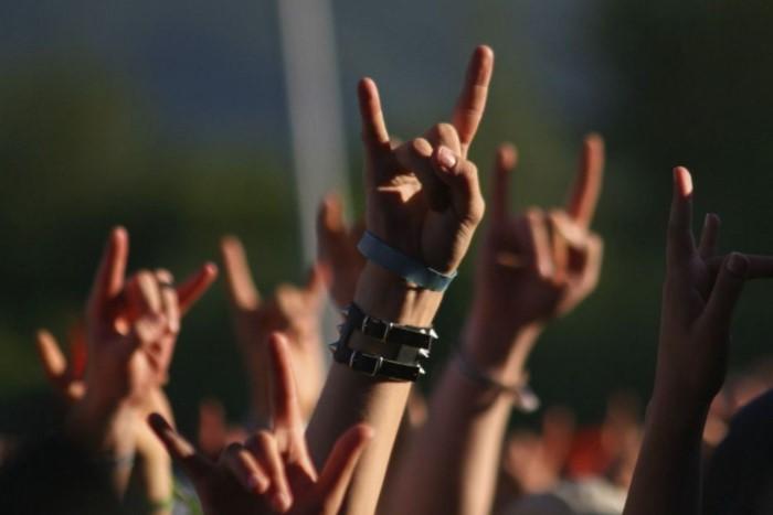 Популяризировал «козу» американский рок-музыкант Ронни Джеймс Дио / Фото: alumni.mgimo.ru