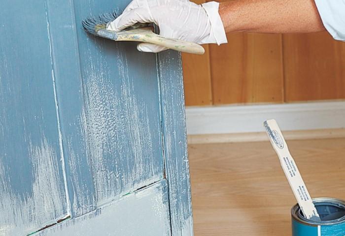 На подготовленную дверь краска ложится быстрее и равномернее / Фото: gidroguru.com