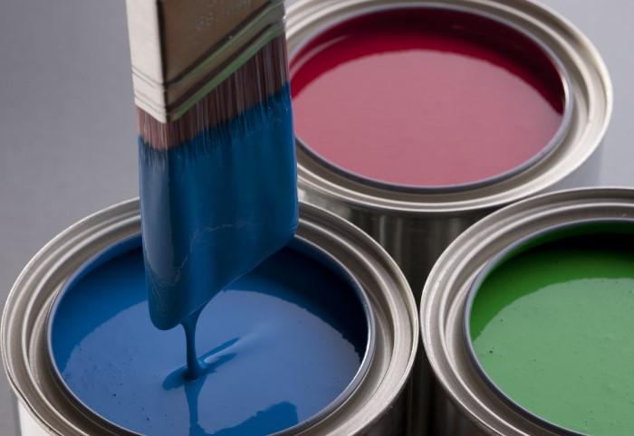 Отправьте остатки краски в мусор, а не в сливное отверстие / Фото: dekoriko.ru