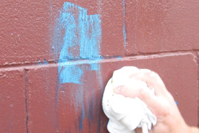 Для начала нужно растворить краску, а затем стереть остатки / Фото: антисептик-для-дерева.kiev.ua