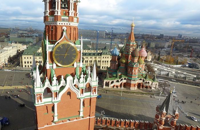 На Красной площади можно полюбоваться Спасской башней и Храмом Василия Блаженного / Фото: mtdata.ru