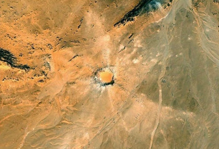 Последствия ударов сохранились в пустыне и по сей день, образовав огромные кратеры / Фото: s.zefirka.net