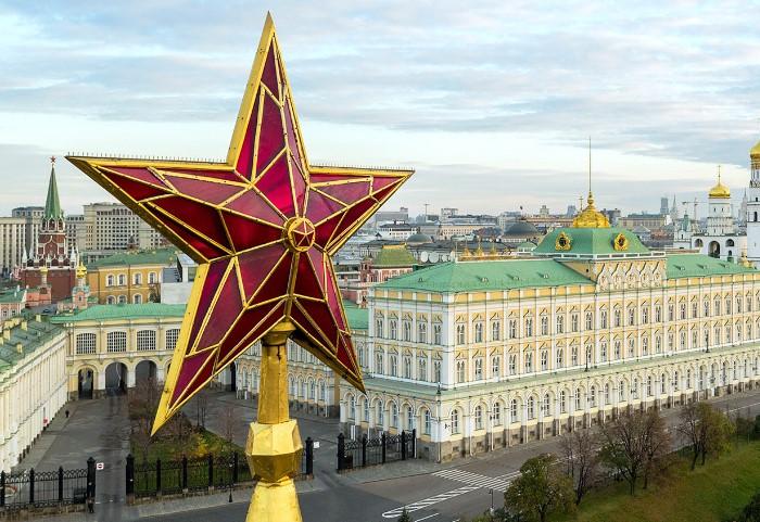 Рубиновые пятиконечные звезды стали новыми украшениями Кремлевских башен