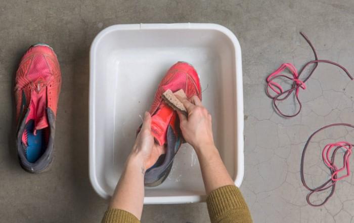 Спустя 5-10 минут после чистки кроссовки станут, как новые / Фото: rei.com