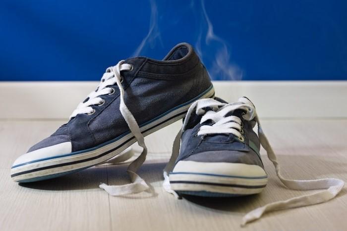 Главная причина запаха - излишнее потоотделение ног / Фото: progidroz.ru
