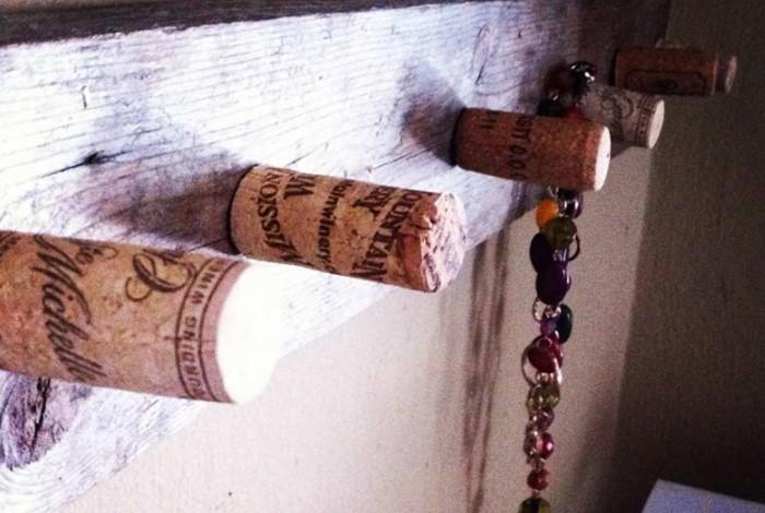 Винные пробки послужат временной альтернативой ручкам или станут их полноценной заменой / Фото: nadoremont.com