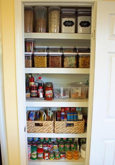 Отдельный шкаф для круп на балконе поможет освободить место на кухне/ Фото: i.pinimg.com
