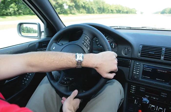 Если ключ достают из замка зажигания и слегка крутят рулевое колесо, блокиратор фиксирует руль в заданном положении / Фото: i2.wp.com
