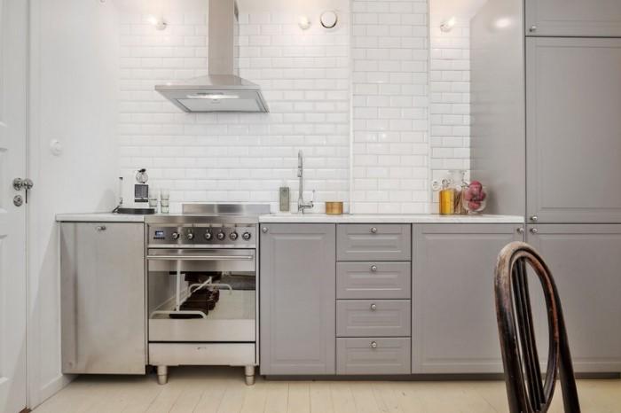 Кухня без верхних шкафчиков выглядит просторнее и светлее, плюс гармонично сочетается с открытой планировкой / Фото: dizainkyhni.com