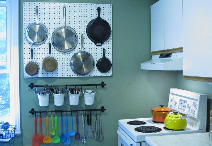 Доску можно расположить над столешницей, у плиты, раковины или возле холодильника / Фото: stroyfora.ru