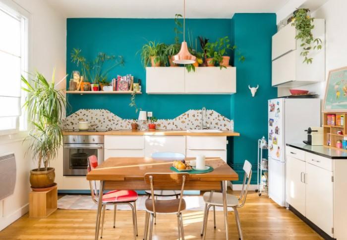 А что, если сделать не обычный фартук на всю стену, а лишь выделить часть над варочной поверхностью? / Фото: vplate.ru