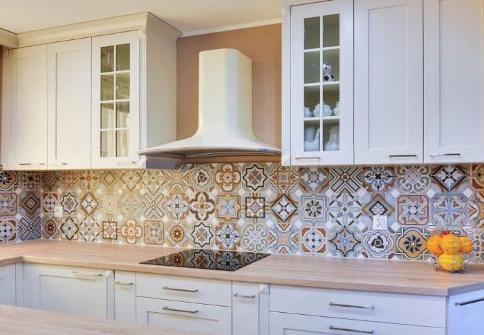 Чтобы поддерживать чистоту в доме было проще, подберите кафель с рисунком: крупным и контрастным либо мелким и неброским/ Фото: dizainifoto.com
