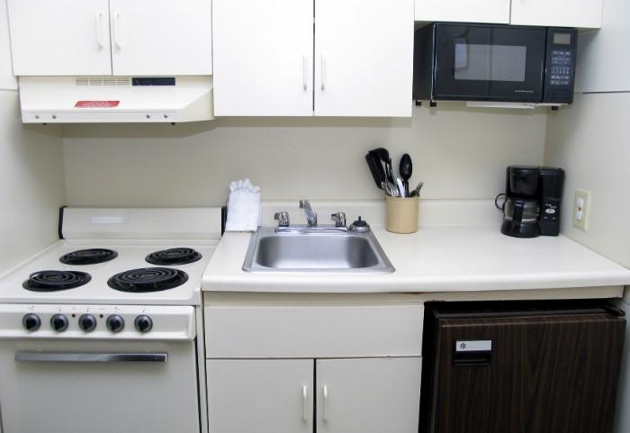 Даже на маленькой кухне лучше установить необходимую бытовую технику стандартных размеров  / Фото: bonappetithon.files.wordpress.com