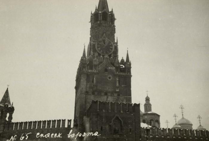 Во время революции 1917 года в Спасскую башню попал снаряд, который повредил куранты / Фото: pastvu.com