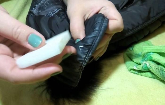 Регулярно вытирайте воротник куртки, чтобы на нем не скапливался тональный крем / Фото: freelancehack.ru