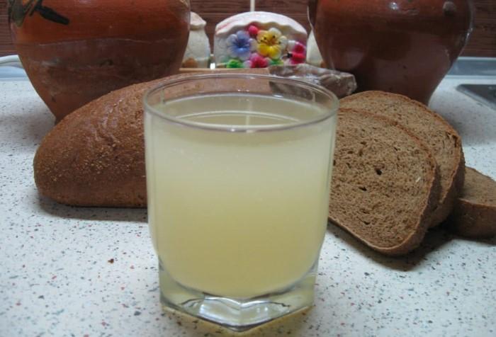 Смешайте белый квас с водкой, чтобы получился бодрящий коктейль / Фото: frullato.ru