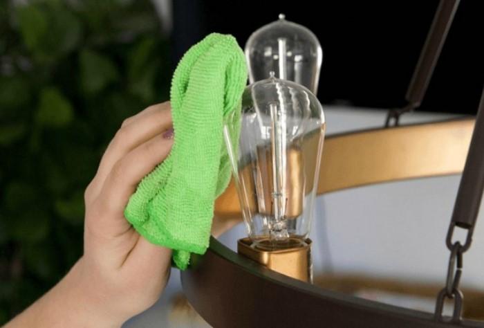 Не забывайте во время уборки вытирать пыль на лампочках / Фото: nastroy.net
