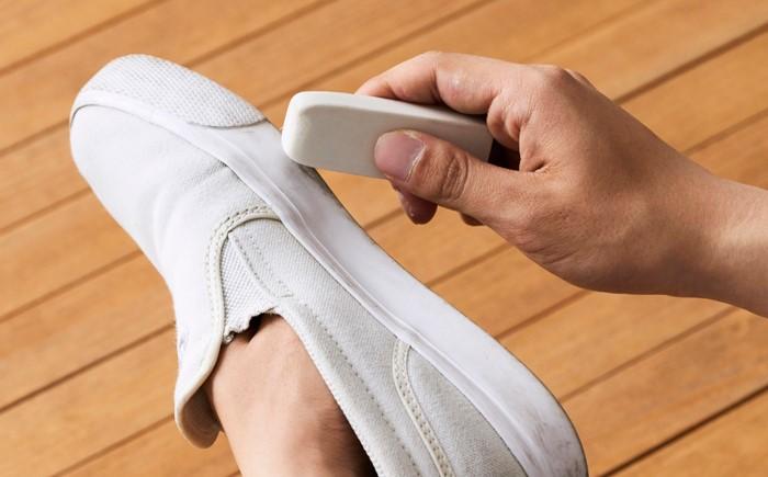 Лучше всего использовать новый канцелярский ластик белого цвета / Фото: sneakersnews.ru