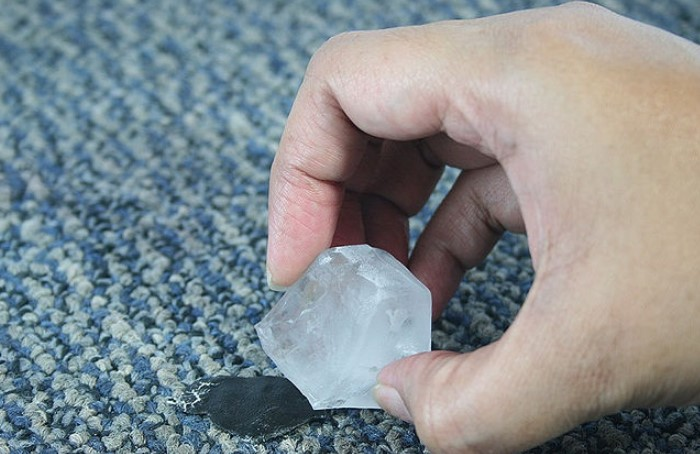 Заморозка - эффективное средство против пластилина с воском или парафином / Фото: uborkasam.com