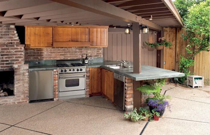 Мебель нужно выбирать из влагостойких материалов, которые не выгорают на солнце / Фото: img.superdom.ua