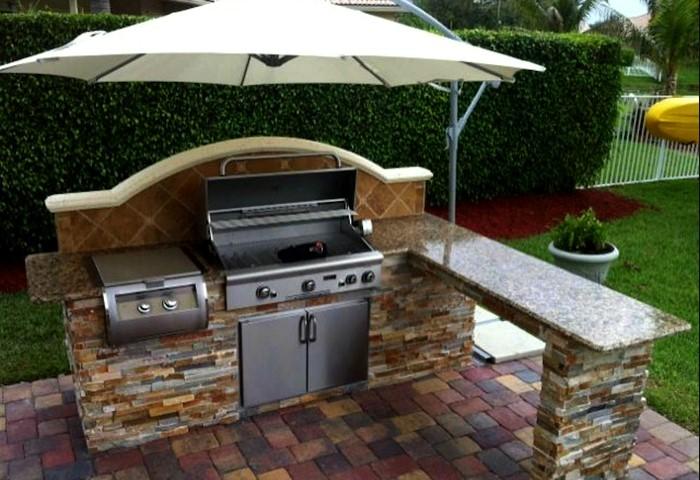 Чтобы создать всесезонную летнюю кухню, придется позаботиться о постоянном водоснабжении / Фото: kolyan.net
