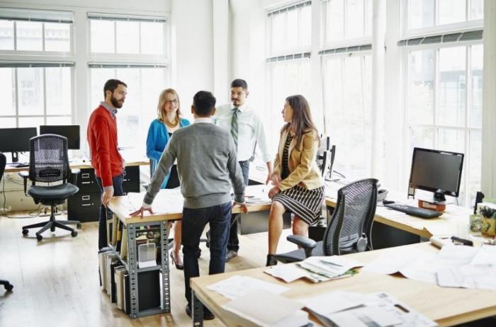 Старайтесь больше ходить на работе и решать вопросы стоя / Фото: businessman.ru
