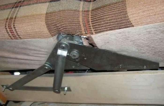 Самая распространенная причина скрипа - это люфт, который появляется в местах соединения деталей / Фото: podarynok.com.ua