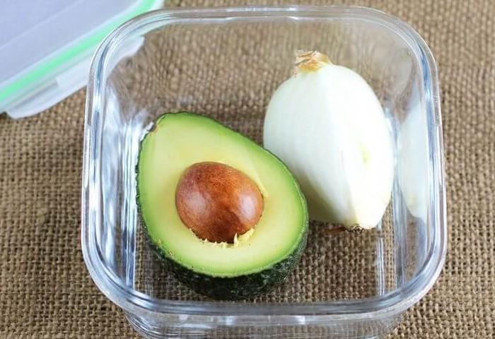 12 хитростей с луком, которые эффективны не только на кухне