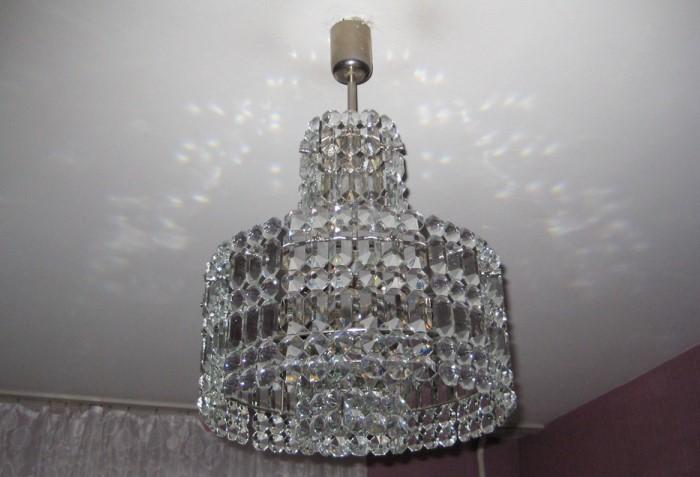 Хрустальная люстра отлично подойдет для помещений с высокими потолками / Фото: fion.ru