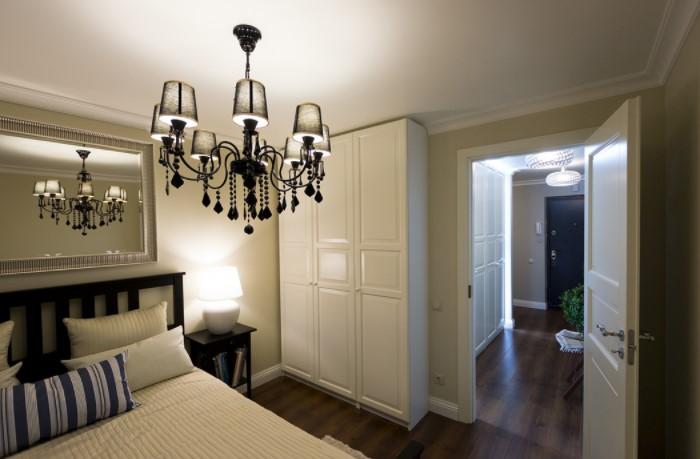 В спальне лучше разместить локальные источники света, чтобы создать романтическую атмосферу / Фото: media.interiorexplorer.ru